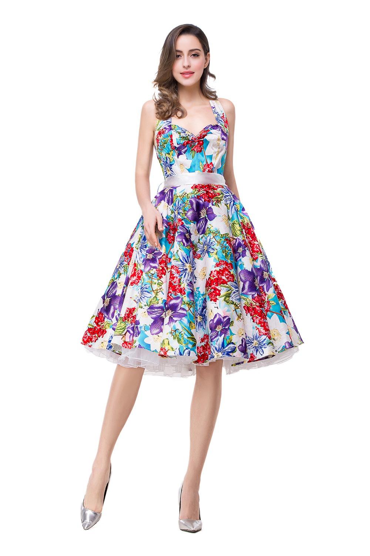 b82c7514a04a Φόρεμα σε μαύρο φόντο με φωτεινά λουλούδια. Ένα απαλό φόρεμα στο ...